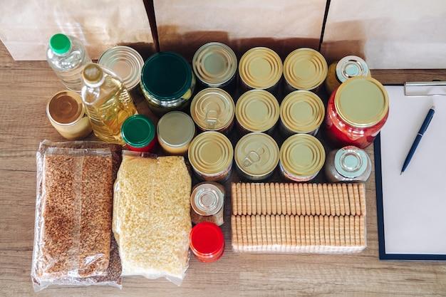 Sacos de papel e conjunto de alimentos para doação