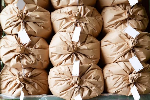 Sacos de papel empilhados em um armazém.