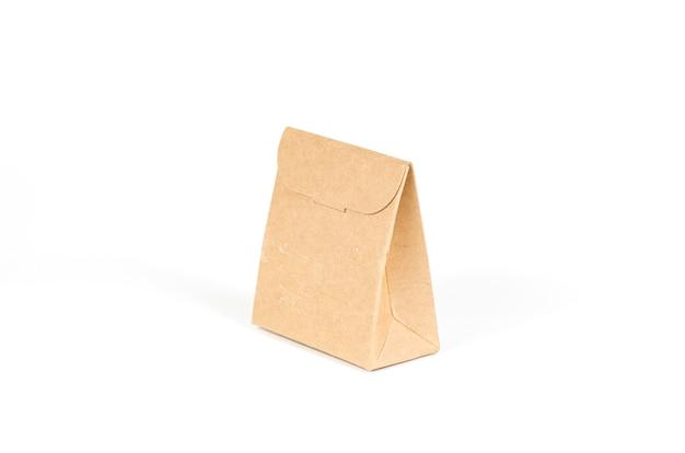 Sacos de papel isolados no branco com traçado de recorte