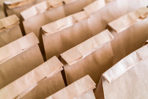 Sacos de papel pardo na tabela.