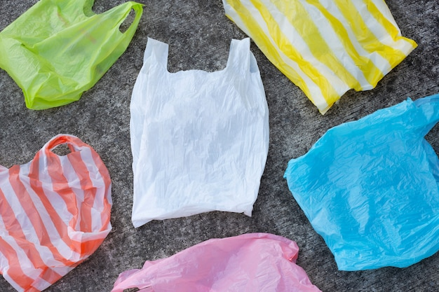 Sacos de plástico coloridos no chão de cimento