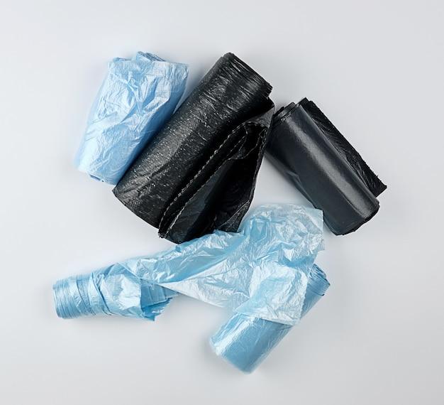 Sacos de plástico preto e azul para lixo