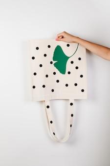 Sacos de supermercado reutilizáveis de maquete com impressão em forma de ervilhas pretas grandes e folha verde em isol ...