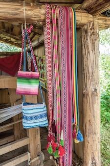Sacos de tecido, tapetes e cintos são feitos em tear manual. produtos artesanais são vendidos em uma feira tradicional