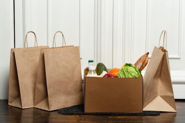 Sacos e caixa de vegetais na esteira
