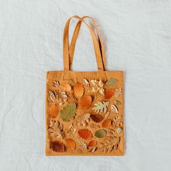 Sacos ecológicos com padrão de folhas de outono. composição de outono. camada plana, vista superior, espaço de cópia