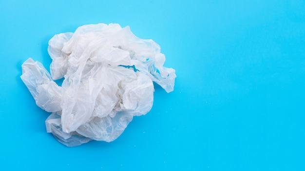Sacos plásticos amassados. copie o espaço