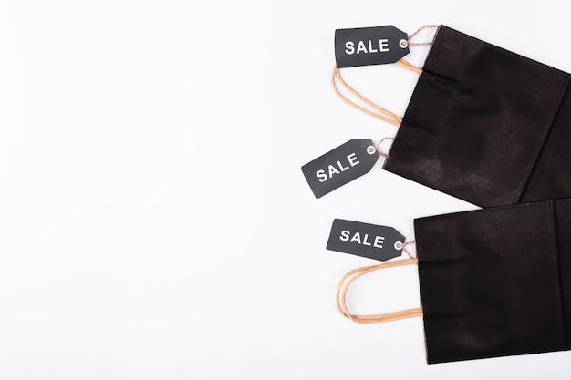 Sacos pretos com etiquetas de venda preto