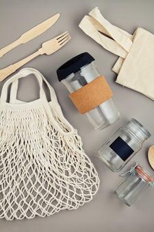 Sacos reutilizáveis, frascos de vidro e caneca de café para um estilo de vida sem desperdícios e sem desperdícios de plástico