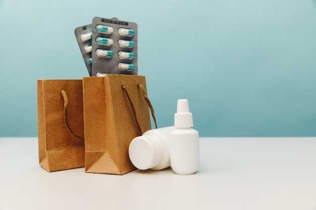 Sacos temáticos de compras online com embalagens brancas médicas e pílulas