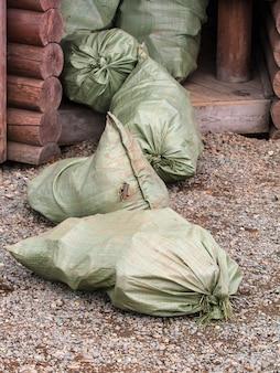 Sacos verdes de lixo na entrada