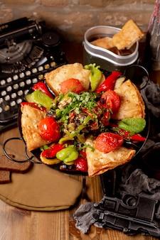 Sadj com carne tomate pimentos e verduras