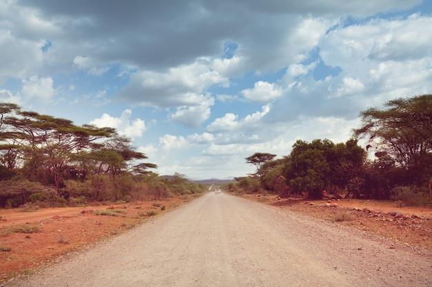 Safari e viagens radicais na áfrica. seca paisagem montanhosa com poeira da estrada em expedição de carro offroad.