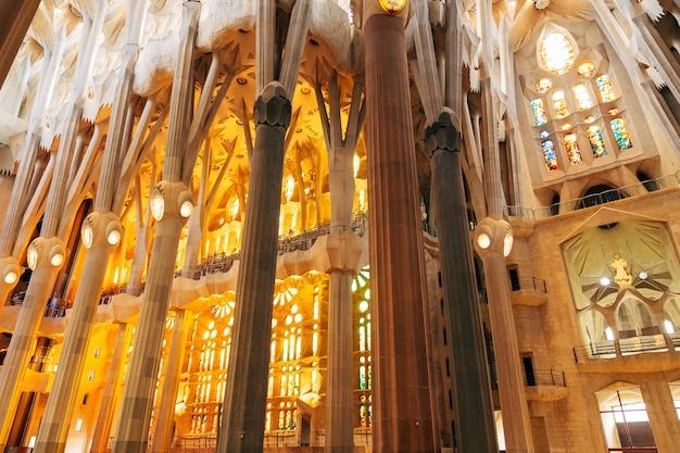 Sagrada familia interiores colunas abóbadas vitrais e teto