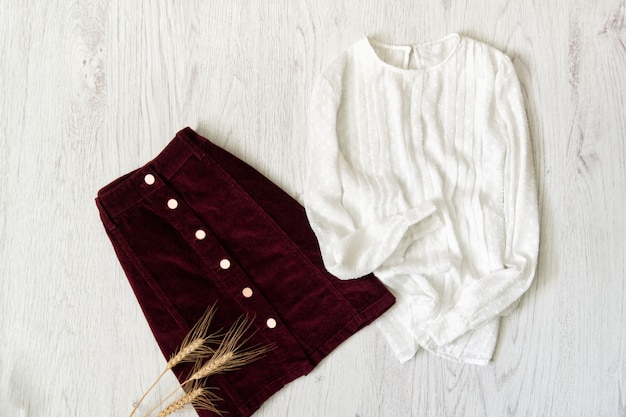 Saia de camurça cor de vinho e blusa branca