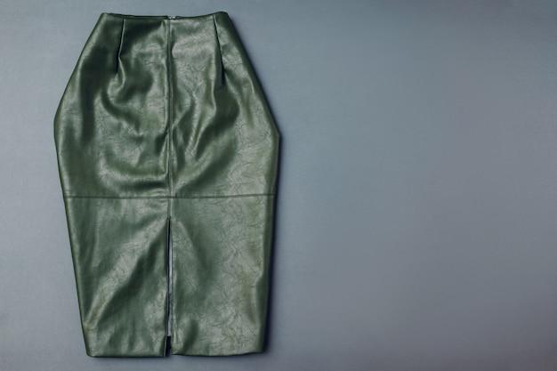 Saia de couro na moda. roupa de roupa feminina primavera. elegante saia verde de material ecológico. moda. espaço