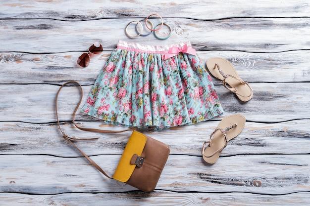 Saia floral e óculos aviador, bolsa bicolor com sandálias bege, roupa feminina com acessórios ...