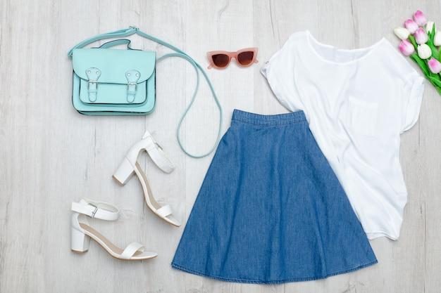 Saia jeans, camiseta branca, sapatos e tulipas. conceito de moda.