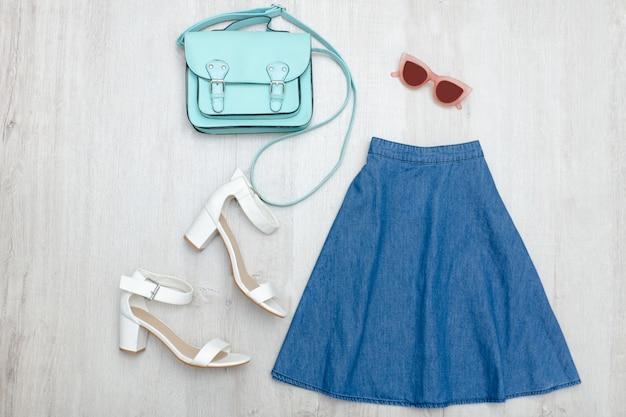 Saia jeans, óculos, sapatos brancos e bolsa