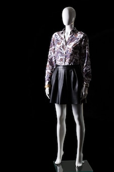 Saia preta, camisa e acessórios. manequim vestindo camisa com saia. roupas de noite de luxo para mulheres. roupas de alta qualidade em estoque.