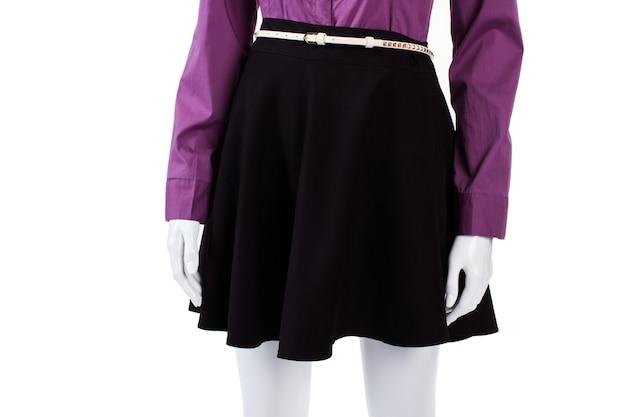 Saia preta com cinto branco. manequim feminino usando cinto fino. cinto de couro minúsculo na vitrine. parte do visual moderno da mulher.