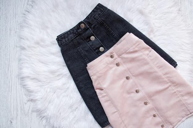 Saias jeans pretas e rosa com botões