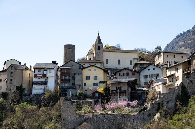 Saillon, suíça a vila de saillon na caminhada de spring farinet Foto Premium