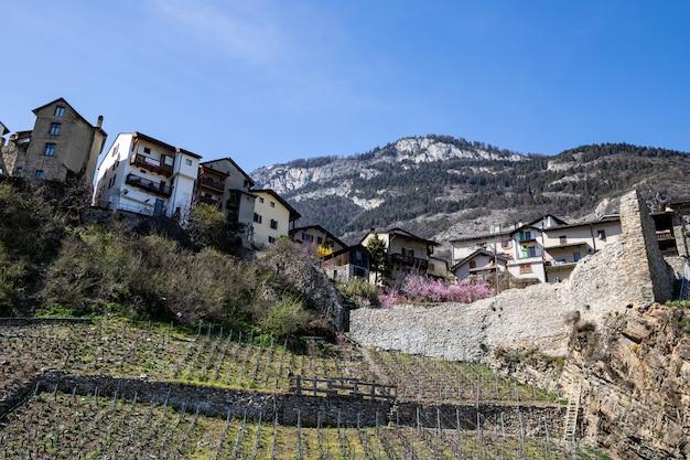 Saillon, suíça a vila de saillon na caminhada de spring farinet
