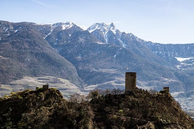 Saillon suíça saillon castle pierre avoi e vinhedos em caminhada em spring farinet