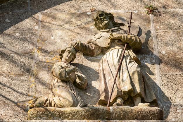 Saint james batizando lupa queen cena baixo-relevo de pedra