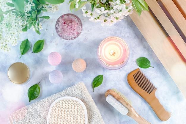 Sais de banho e produtos de tratamento de beleza na mesa azul