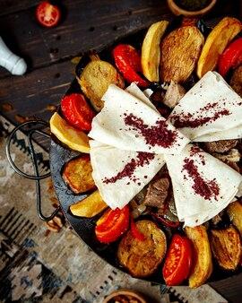 Saj azerbaijano clássico com carne grelhada, tomate, berinjela, pimenta e cebola