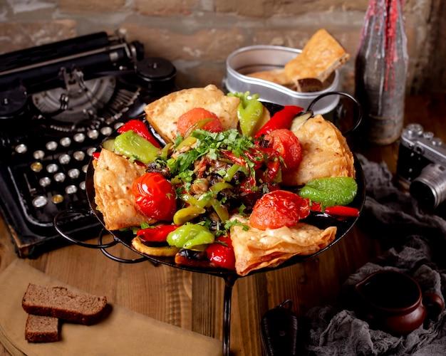 Saj de legumes do azerbaijão com tomate e pimentão e salada de cogumelos e berinjela