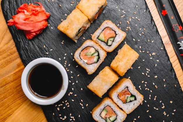 Sake maki com gengibre de soja e salpicado pela vista superior de gergelim