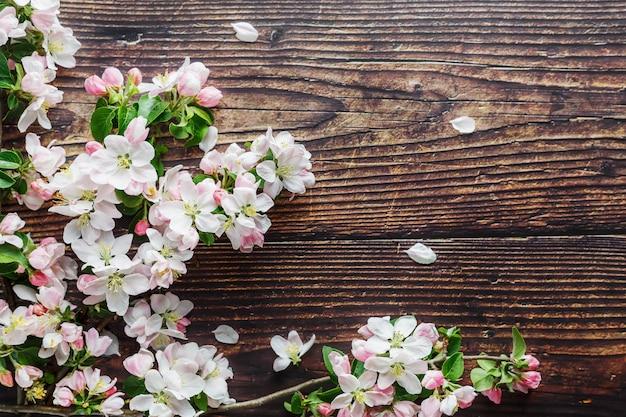 Sakura florescendo em madeira rústica escura