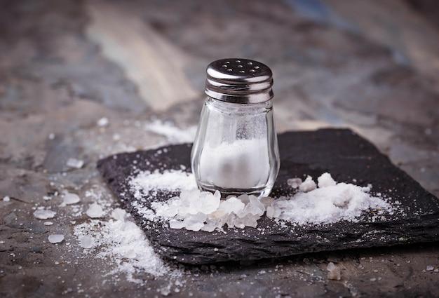 Sal branco no shaker. foco seletivo