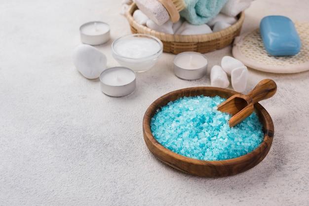 Sal de aromaterapia close-up com velas