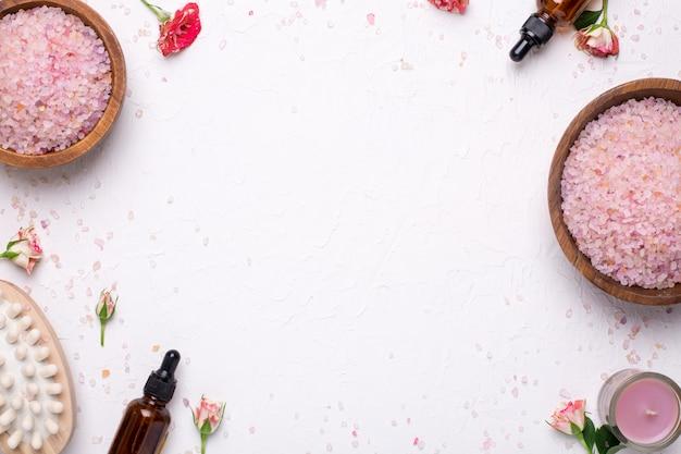 Sal de banho, massager e garrafas de óleo natural