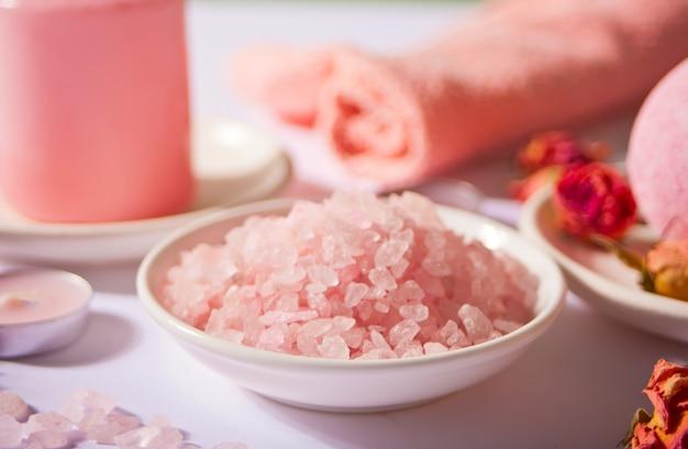 Sal de banho rosa e produtos para o corpo com rosas rosa