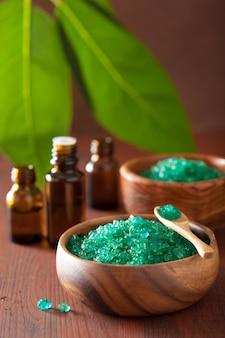 Sal de ervas verdes e óleos essenciais para um banho de spa saudável