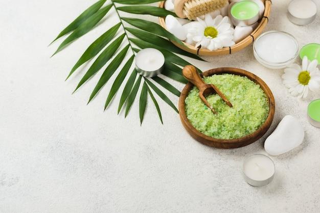 Sal de spa de aromaterapia de close-up com velas