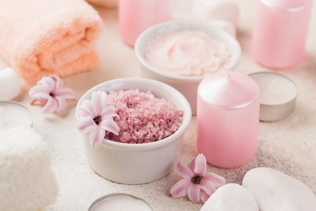 Sal de spa orgânico de close-up com velas