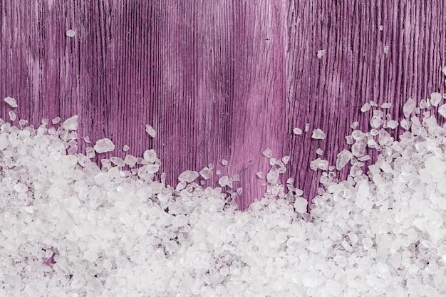 Sal do mar branco na madeira velha roxa