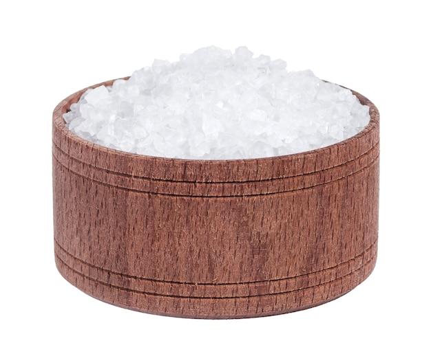 Sal do mar em uma tigela de madeira, isolada na vista superior do close up branco