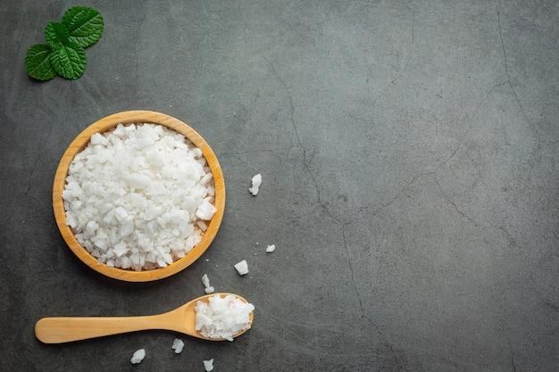 Sal em pratinho de madeira