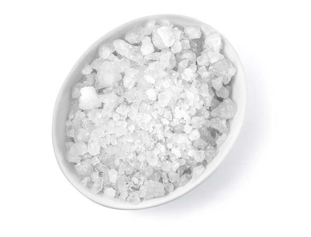Sal em uma tigela isolado no fundo branco com traçado de recorte