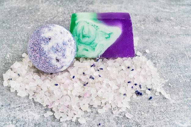 Sal essencial de lavanda, sabão e bomba de banho. produtos de lavanda spa.