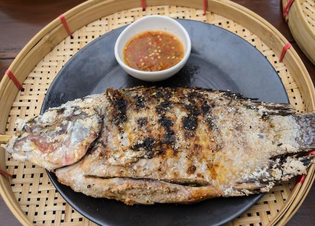 Sal grelhado crusted peixe, cozinha tailandesa