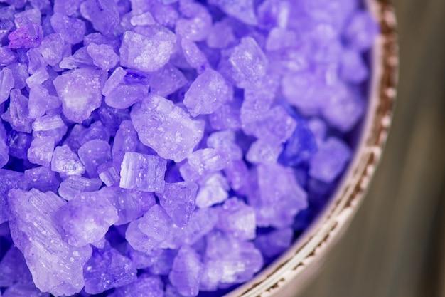 Sal marinho aromático de lavanda. sal violeta espumante. cristais de sal marinho. tigela com sal marinho