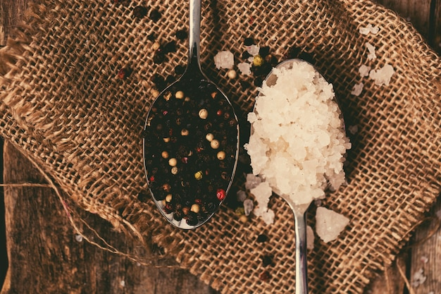 Sal marinho e pimenta
